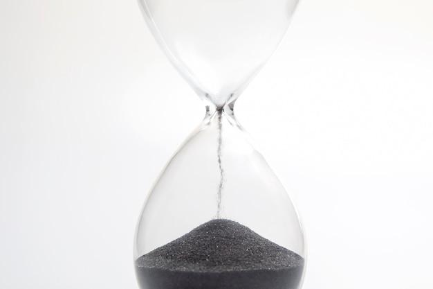 밝은 배경에 모래 시계입니다. 시간은 돈이다. 적시에 비즈니스 솔루션.