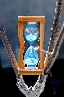 晴れた日に木の砂時計