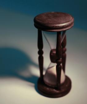 노란색 바탕에 모래 시계입니다. 시간의 개념입니다.