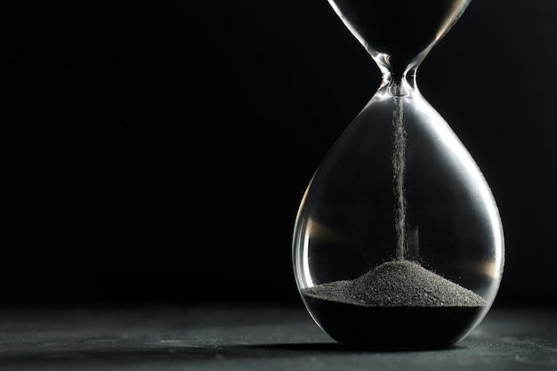 暗い背景に砂時計
