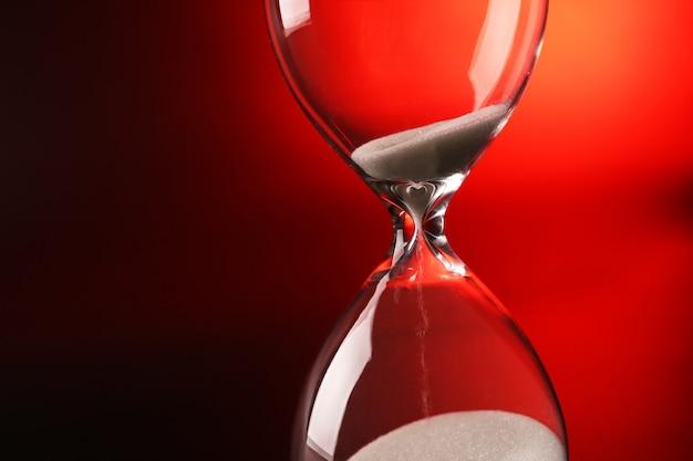 진한 빨간색에 모래 시계
