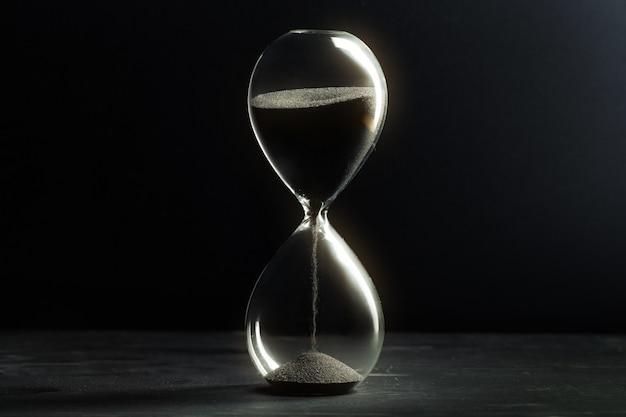 어두운 표면에 모래 시계