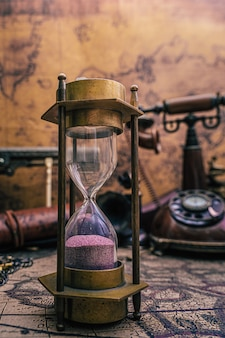 Песочные часы на карте старого света
