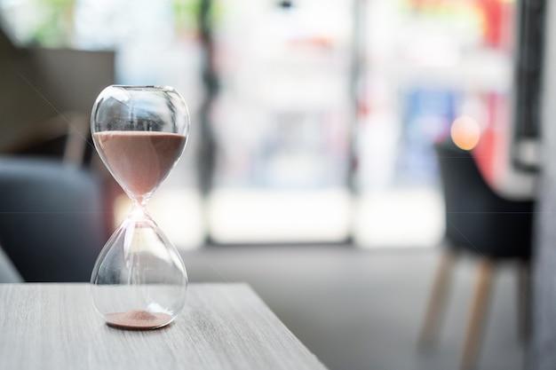 Песочные часы на столе в офисе
