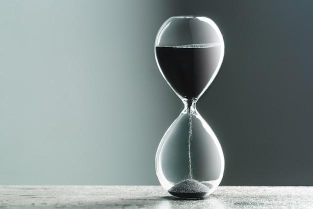 테이블에 모래 시계