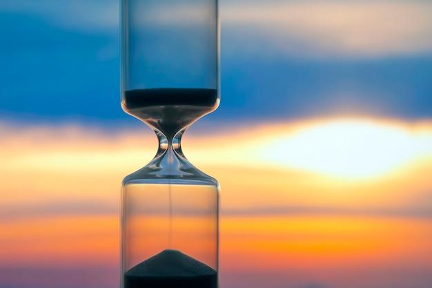 석양의 배경에 모래 시계입니다.