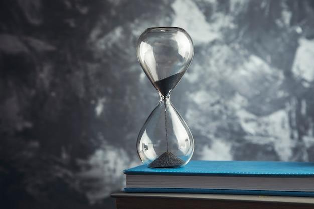 회색 책에 모래 시계