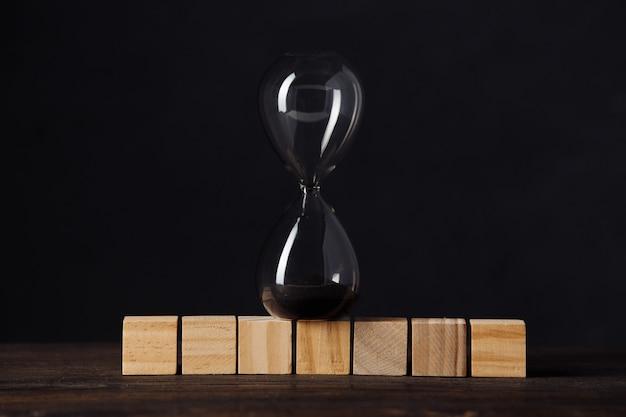 큐브 나무 블록에 모래 시계 또는 모래 시계