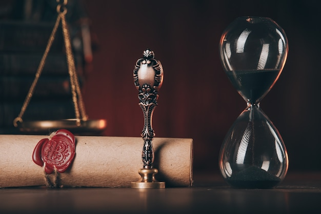 Песочные часы, старинный штамп и завещание с печатью