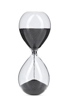 Песочные часы с черным песком, изолированные на белом фоне крупным планом