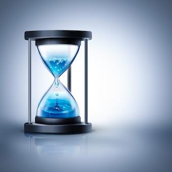 Песочные часы с капающей водой на светлом фоне Premium Фотографии