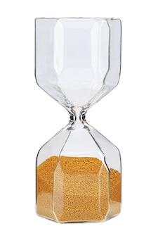 Песочные часы с золотым песком, изолированные на белом фоне, вид спереди