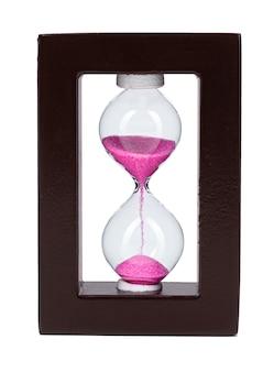 Песочные часы с розовым песком, изолированные на белом фоне крупным планом