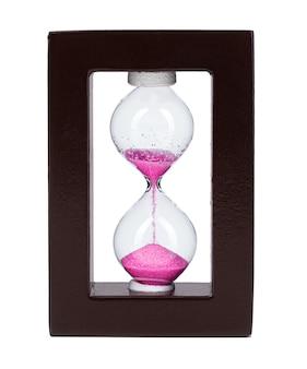 Песочные часы с розовым песком, изолированные на белом фоне