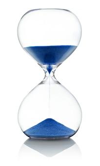 Песочные часы с бегом синий песок на белом