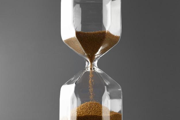 회색에 모래와 모래 시계를 닫습니다.