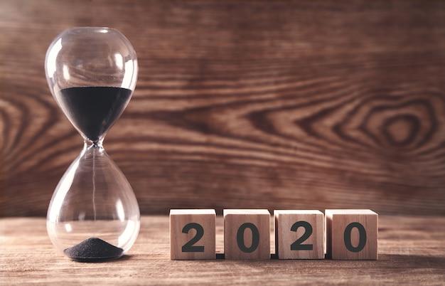 Песочные часы с деревянными кубиками 2020 год.