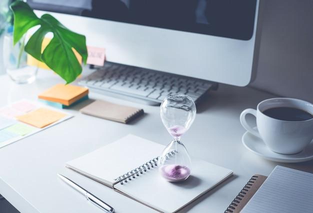 Песочные часы с рабочим столом офиса