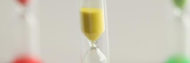 Песочные часы желто-красный и зеленый крайний срок и концепция управления временем