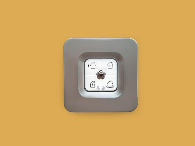 Управление сигнализацией дома на коричневой стене