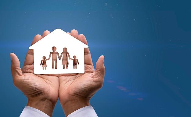 집과 가족이 보살핌과 보호를 받으며 손을 감싸고 있습니다.