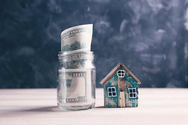 テーブルの上の家と貯金箱