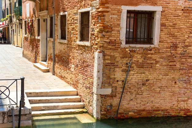 물이 있는 운하 근처 베니스의 집과 계단