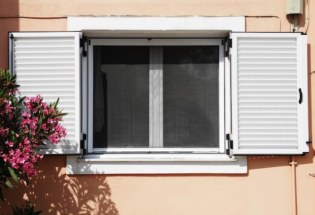 집과 꽃 창