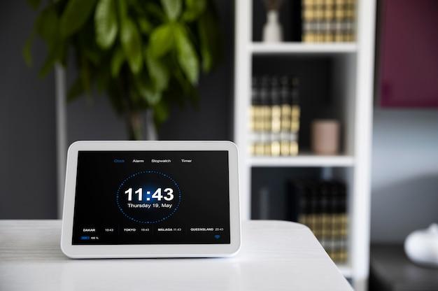 机の上にデバイスを置いたホームオートメーション
