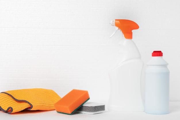 집 청소 및 청소 제품. 스폰지, 헝겊, 흰색 배경에 액체가 든 병