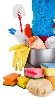 Оборудование и принадлежности для уборки дома в ведре - изолированные