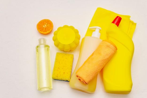 ハウスクリーニング製品。スプレー、ボトル、石鹸、食器洗いスポンジ、ダスター、ジェル芳香剤。検疫における家庭用消毒