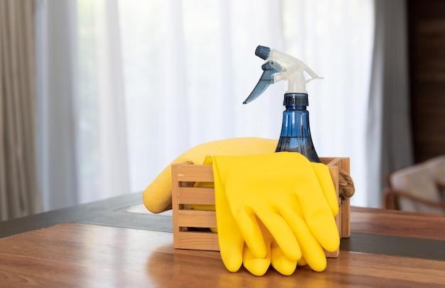 ハウスクリーニング製品はリビングルームの木製テーブルに設定