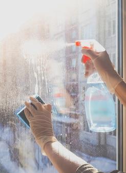 집 청소 겨울에 더러운 창 유리 세제 세척