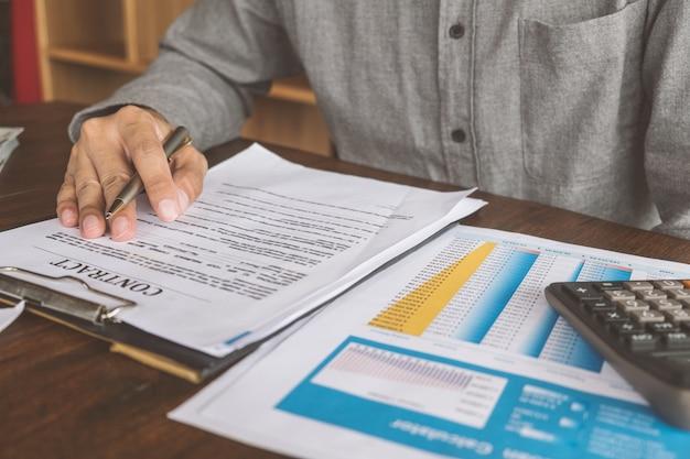 住宅契約、マンは不動産業者と家を購入する契約を結ぶ Premium写真