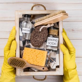 Detergenti ecologici per la casa in un cestino di legno