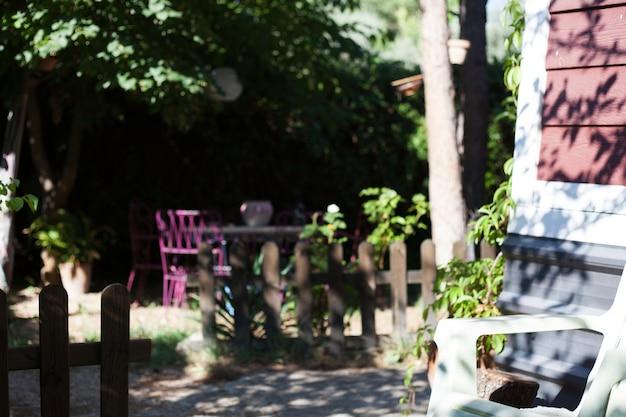 나무 울타리와 집 외관