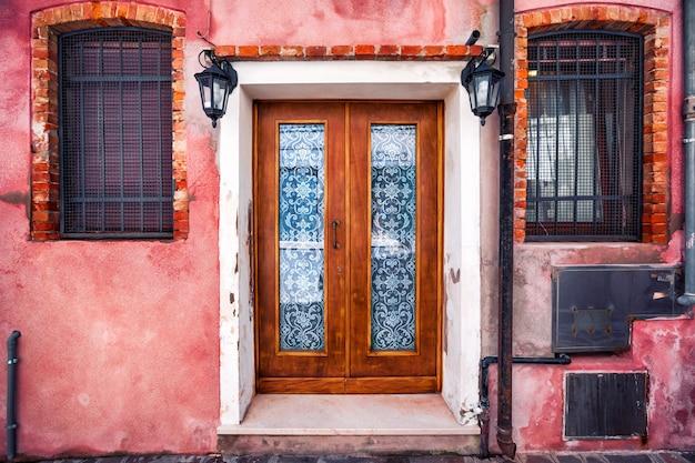 Фасад дома на острове бурано, провинция венеция