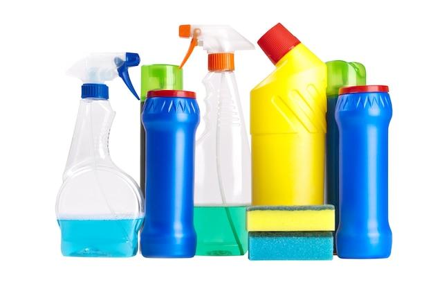 Бутылки моющего средства для чистки дома, изолированные на белом фоне