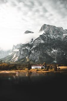 山のある自然の風景の中の家
