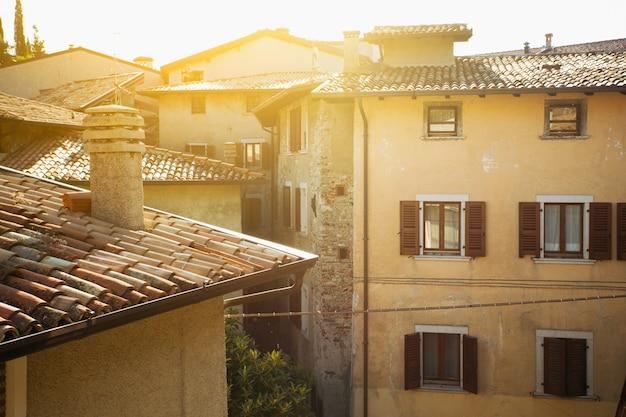 일몰 시간에 작은 마을 tremosine에 있는 집. 이탈리아.