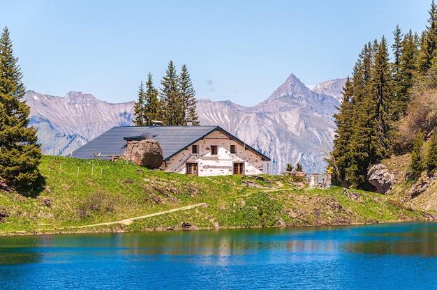 スイスのリオゾン湖の前の家