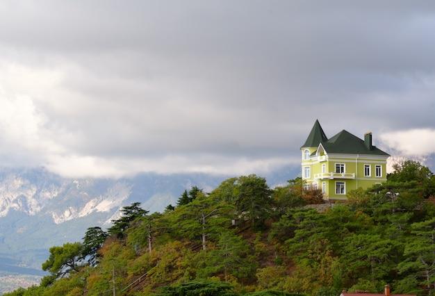 クリミアの雲の中の家
