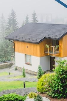 夏の山の家