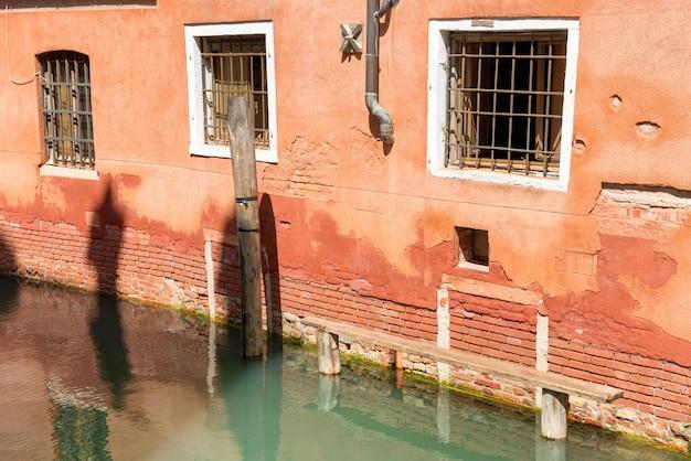 물이 있는 운하 근처 베니스의 집