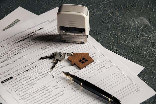 家の鍵と失業フォーム。危機の概念