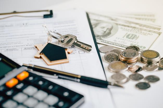 Ключ от дома с агентом по недвижимости и клиентом обсуждают контракт на покупку дома. концепция страхования или ссуды
