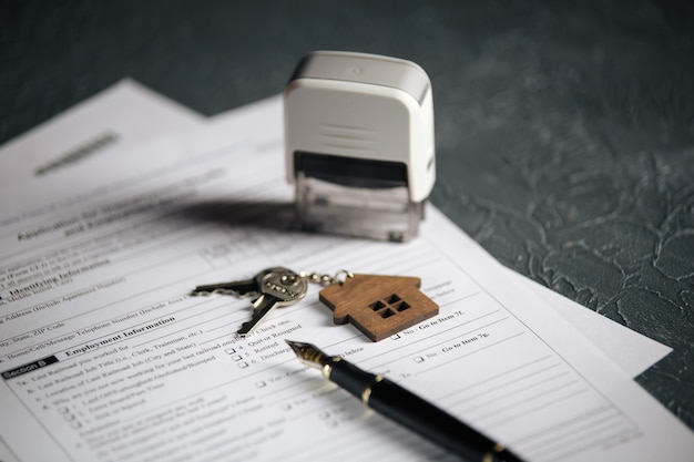 집 열쇠 및 실업 양식. 위기 개념.