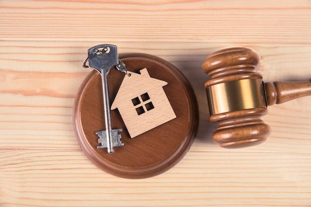Ключи от дома у молотка судьи на столе