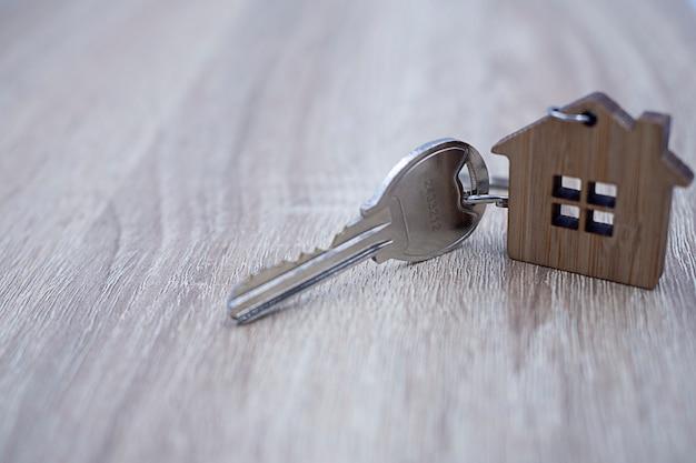 주택 소유자를위한 집 열쇠. 주택 임대 및 판매 프리미엄 사진